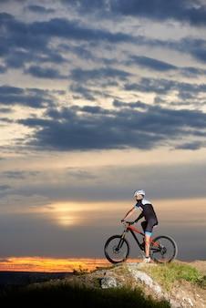 Rowerzysta na rowerze górskim