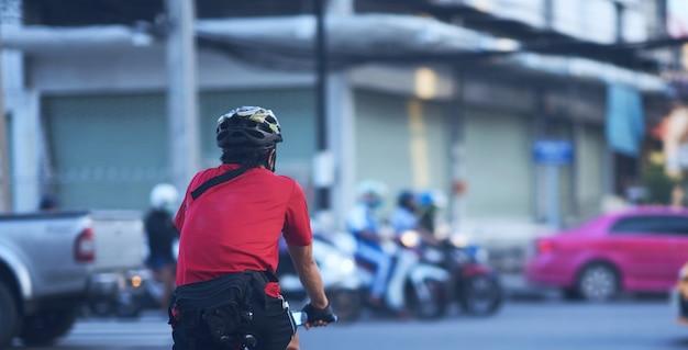 Rowerzysta na rowerze z kaskiem, czekając na skrzyżowaniu w zdrowe ćwiczenia