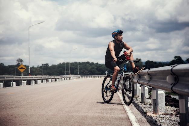 Rowerzysta na rowerze