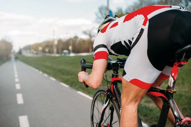 Rowerzysta na ścieżce rowerowej, widok z tylnego koła