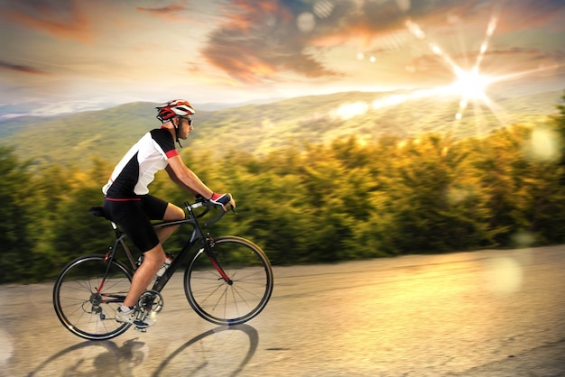Rowerzysta na zachodzie słońca
