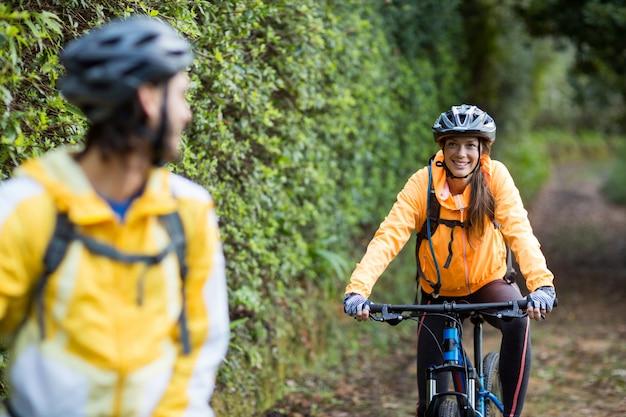 Rowerzysta para interakcji podczas jazdy na rowerze na wsi