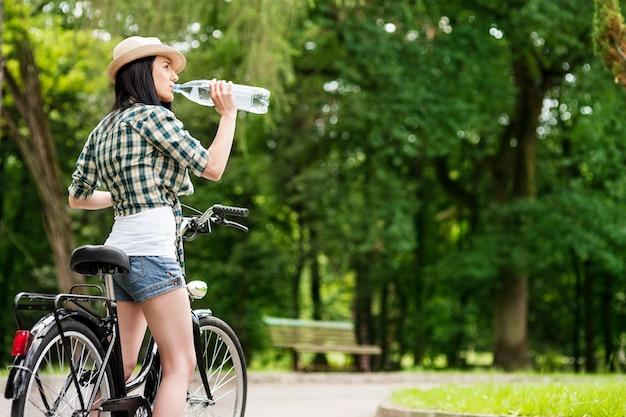Rowerzysta pije wodę mineralną