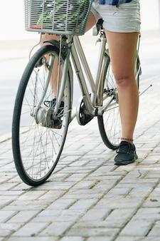 Rowerzysta po krótkiej przerwie