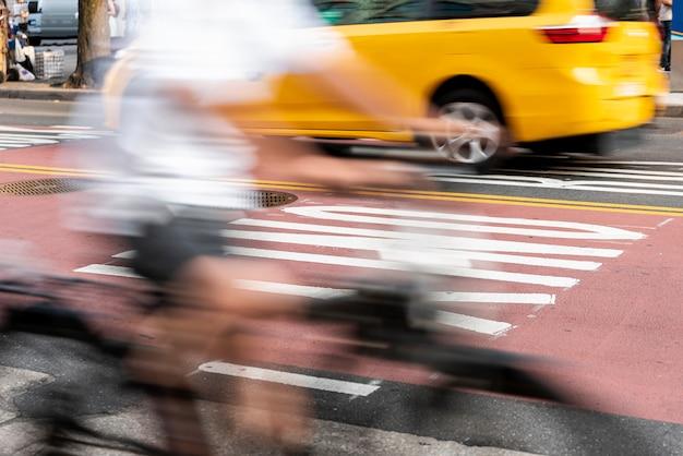 Rowerzysta przechodzący przez ulicę