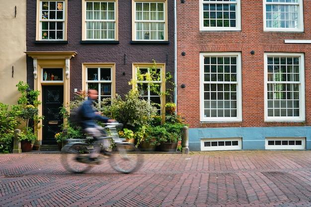 Rowerzysta rowerzysta rowerzysta mężczyzna na rowerze bardzo popularne środki transportu w holandii na ulicy delft holandia