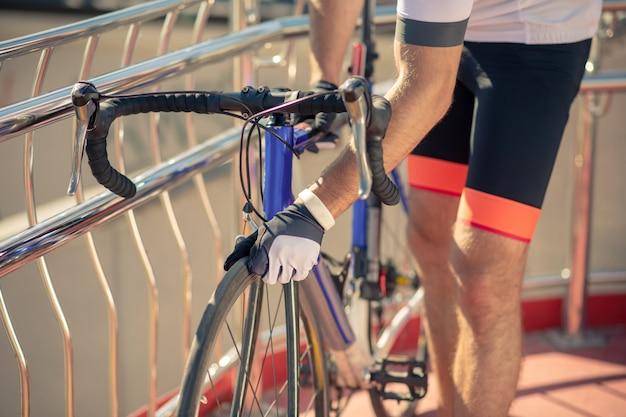Rowerzysta sprawdzający koło swojego roweru
