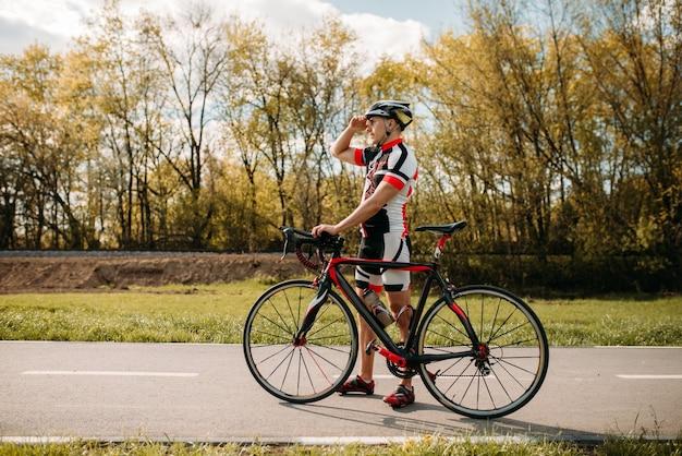 Rowerzysta, trening przełajowy na ścieżce rowerowej