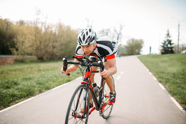 Rowerzysta w kasku i odzieży sportowej, trening rowerowy