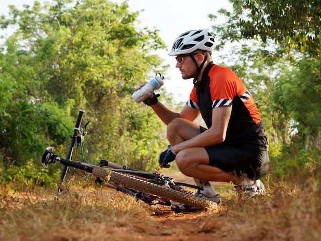 Rowerzysta wody pitnej z butelki wody