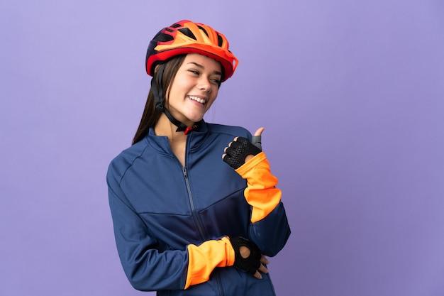 Rowerzysta wskazując w bok, aby przedstawić produkt