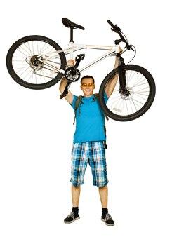 Rowerzysta z rowerem górskim na białym tle