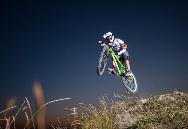 Rowerzysta zjazd na rowerze górskim na wzgórzu