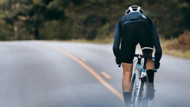 Rowerzysta zwiększa prędkość poprzez sprint.