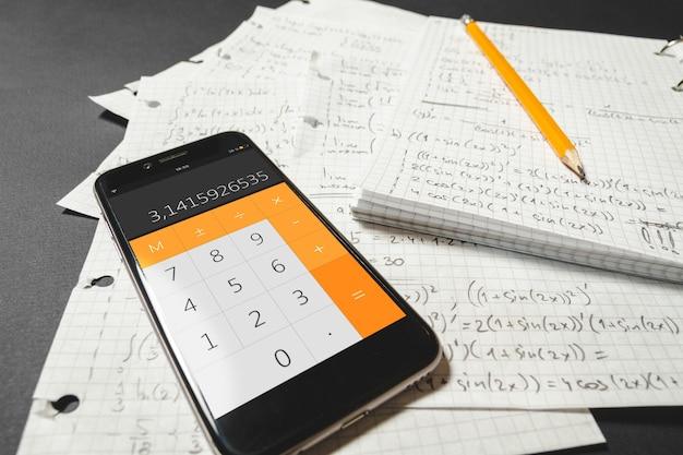 Równania matematyczne zapisane w zeszycie