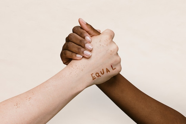 Równe słowo na dwóch rękach łączących się razem