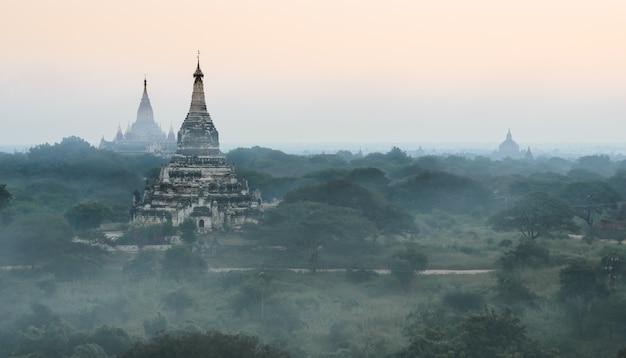 Równiny bagan starożytnych świątyń o wschodzie słońca, myanmar