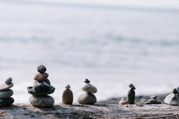 Równoważenie skał na sobie na plaży