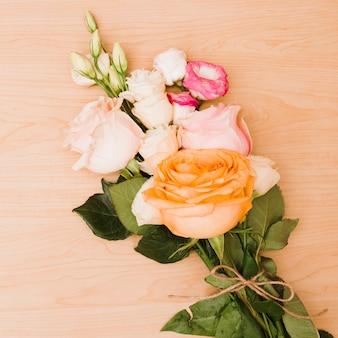 Róż bukiet na drewnianym textured tle