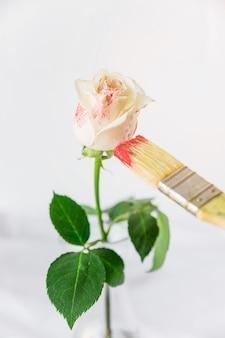 Róża jest malowane pędzlem w kolorze czerwonym