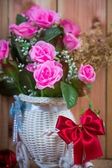 Róża kwiat na drewnianym tle z przestrzenią dla sztuki pracy