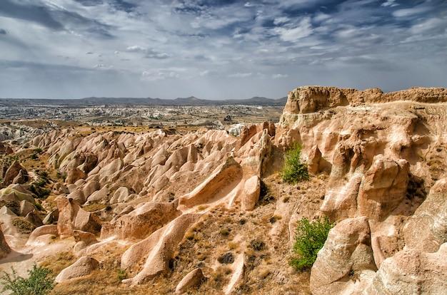 Różana dolina göreme kapadocja turcja w okresie letnim