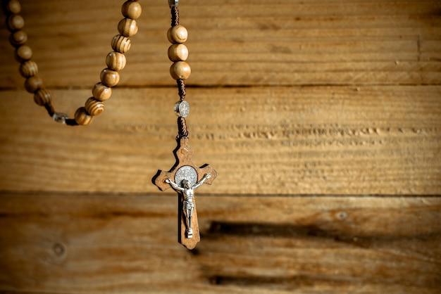 Różaniec z drewnianymi koralikami i krzyżem chrześcijańskim