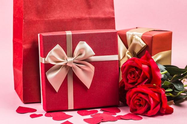 Różany i teraźniejszy prezent na drewnianym tle, walentynka dnia tle /