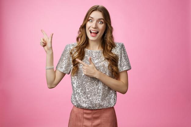 Rozbawiona charyzmatyczna szczęśliwa młoda dziewczyna lubi zakupy zobacz szaloną niesamowitą wyprzedaż krzyczeć radośnie wskazując le...