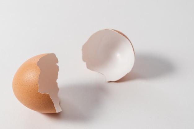 Rozbite jajko na białym tle.