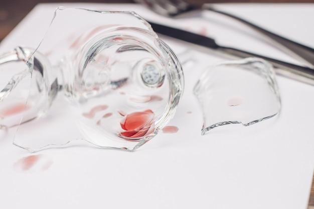 Rozbite okulary na stole