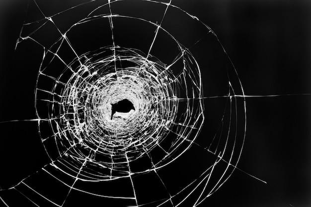 Rozbite przezroczyste szkło w oknie drzwi