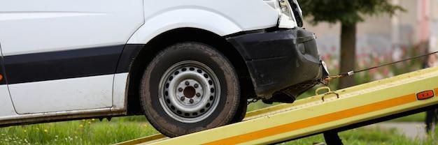 Rozbity samochód jest zanurzony w zbliżenie lawety. ewakuacja samochodu po koncepcji wypadku