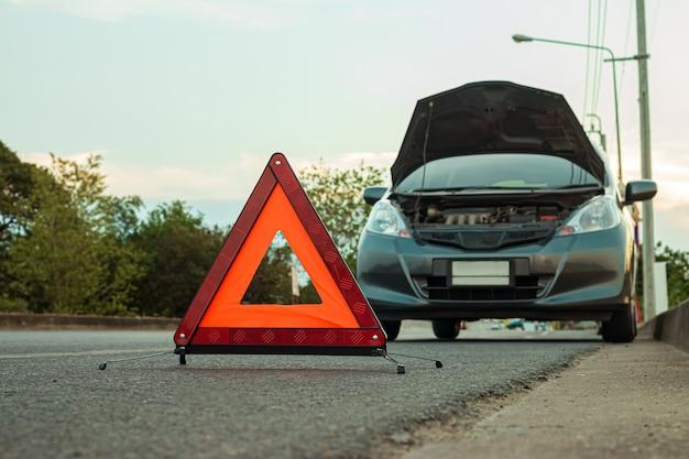 Rozbity samochód na drodze