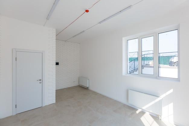 Rozbudowa biura wykorzystująca cegły jako ścianę, konstrukcję, ulepszenie. wnętrze małego pokoju wraz z remontem, rozbudową, remontem i przebudową ścian okiennych i ceglanych.