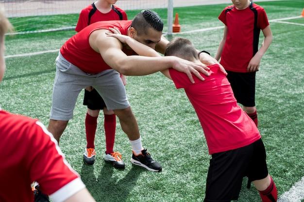 Rozciąganie drużyny juniorskiej podczas treningu
