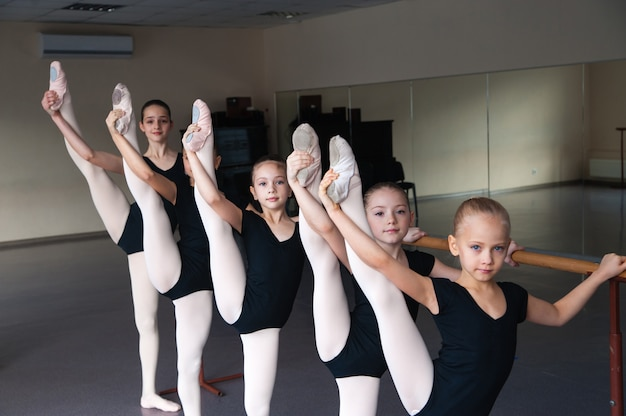 Rozciąganie, dzieci w klasie tańca baletowego.