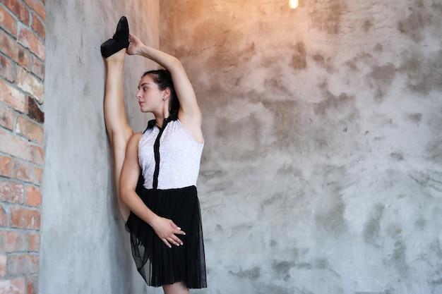 Rozciąganie młodych baletnic
