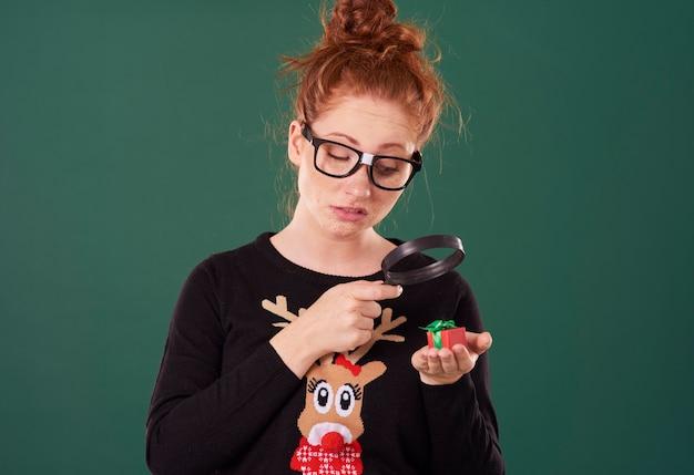 Rozczarowana kobieta patrząc na drobny prezent