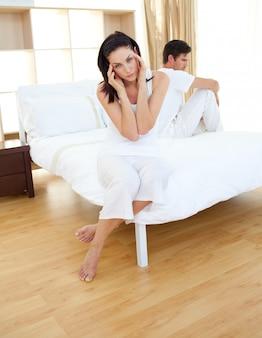 Rozczarowana para, która dowiaduje się o wynikach testu ciążowego