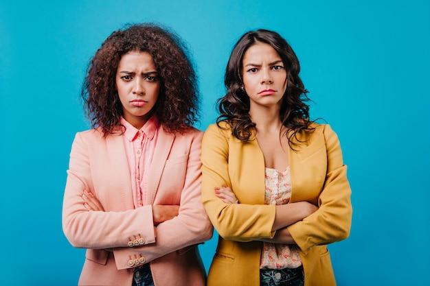 Rozczarowane kobiety patrzą do przodu