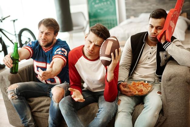 Rozczarowani fani piłki nożnej w domu
