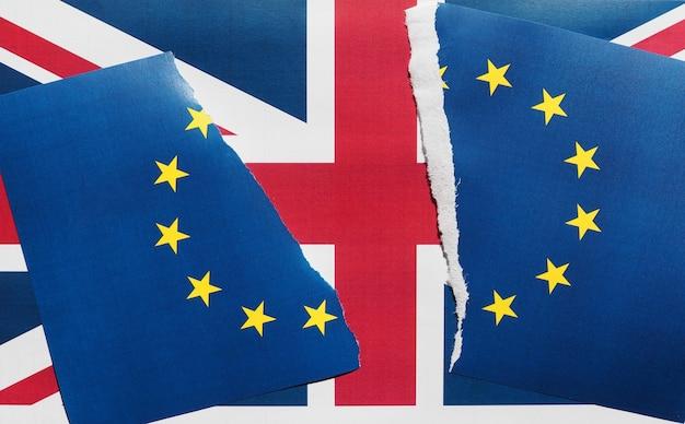 Rozdarta flaga ue nad flagą wielkiej brytanii