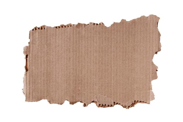 Rozdarty kawałek tektury z podartymi brzegami na obwodzie, nieregularny kształt z powierzchnią na napisy, wyizolowany na czystym białym tle.