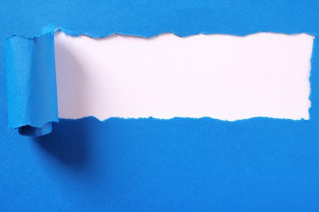 Rozdarty niebieski papier pasek nagłówek białe tło ramki