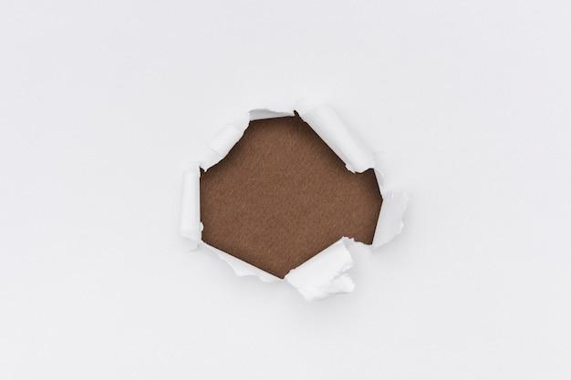 Rozdarty papier białe tło proste ręcznie robione rzemiosło