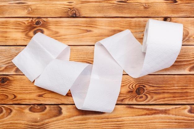Rozdarty papier toaletowy rolka na drewno