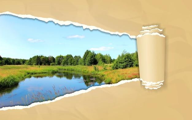 Rozdarty papier z letnim krajobrazem w otwierającym tle