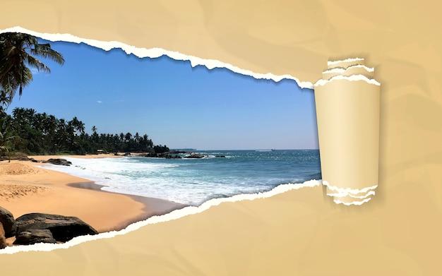 Rozdarty papier z tropikalną plażą w otwierającym tle