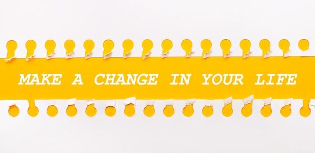 Rozdarty pasek papieru na żółtym tle z napisem zrób swoje życie